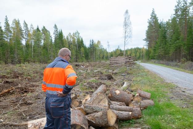 Retrato de homem maduro e bonito escandinavo pronto para a colheita ao ar livre na floresta