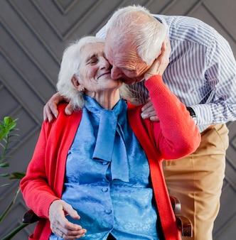 Retrato de homem maduro e mulher apaixonada