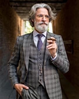 Retrato de homem maduro fumando charuto cubano