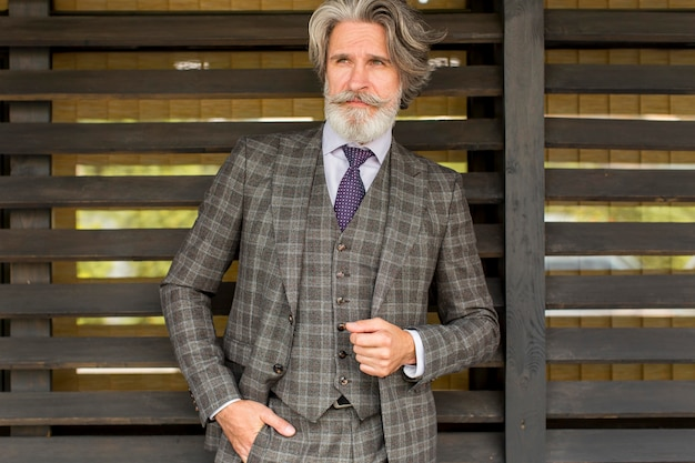 Retrato de homem maduro na moda olhando para longe Foto Premium