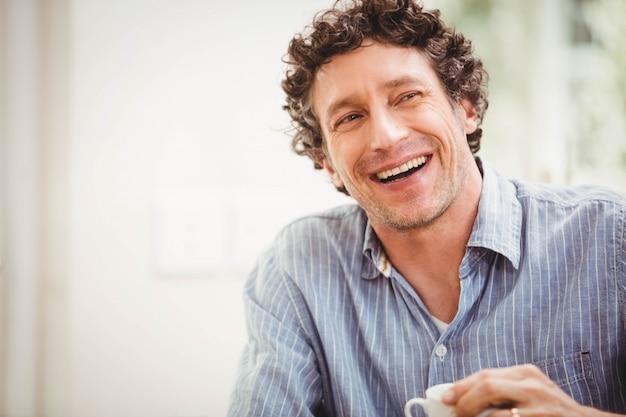 Retrato, de, homem maduro, sorrindo, casa