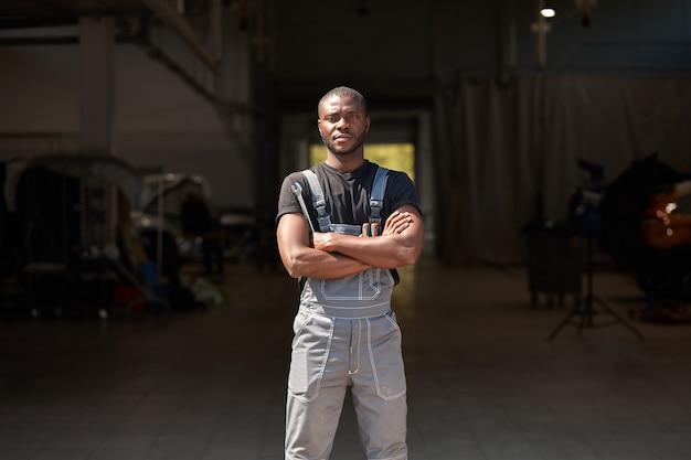 Retrato de homem mecânico de automóveis confiante e bem-sucedido, de aparência africana