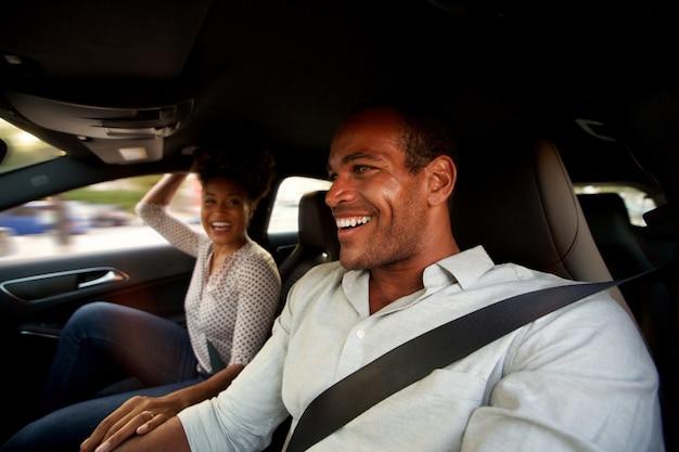 Retrato, de, homem mulher, sentando, em, automóvel, sorrindo
