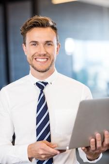 Retrato, de, homem negócio, ficar, com, um, laptop, em, frente, quarto conferência, em, escritório