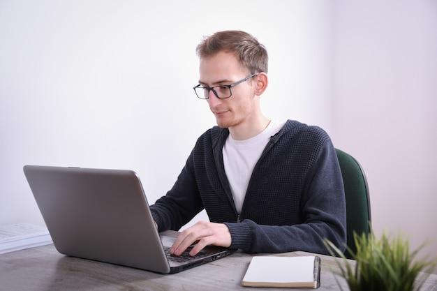 Retrato, de, homem negócio jovem, sentando, em, seu, escrivaninha, laptop desktop, tecnologia, em, a, office., internet, marketing, finanças, conceito negócio