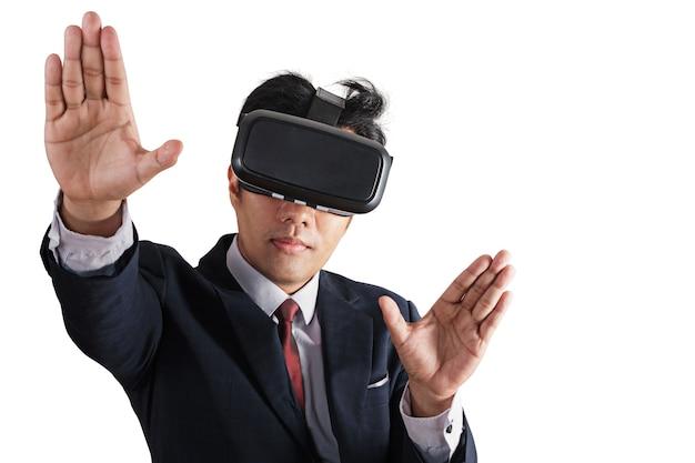 Retrato, de, homem negócios, em, um, paleto, com, virtual, realidade, óculos, ligado, seu, cabeça, isolado