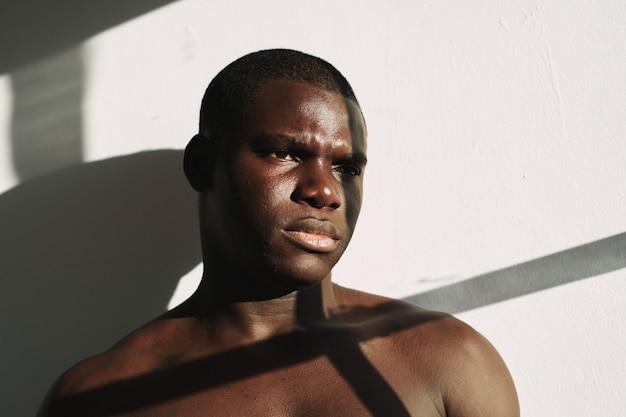 Retrato de homem negro forte sem camisa