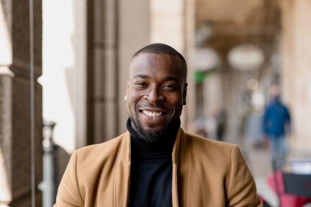 Retrato de homem negro sorrindo, olhando para a câmera