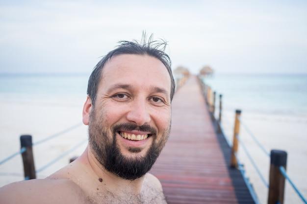Retrato de homem no cais tropical
