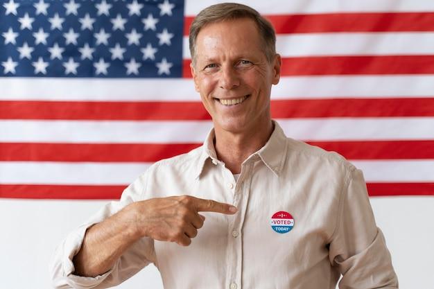 Retrato de homem no dia do registro eleitoral