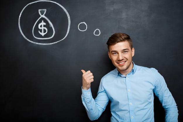 Retrato de homem ocupado, apontando em sua mente sobre dinheiro
