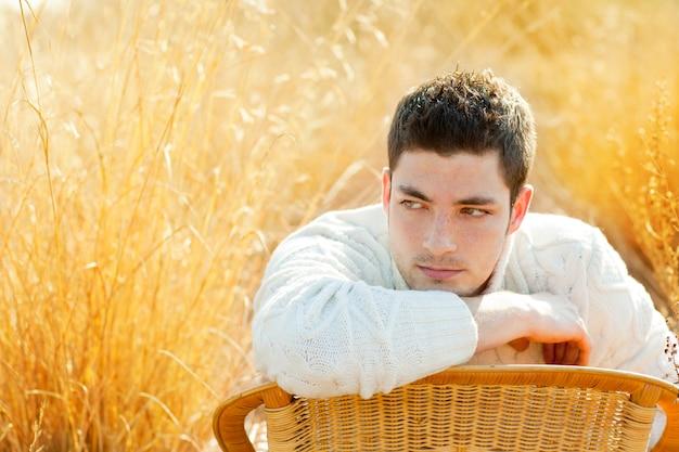 Retrato de homem outono inverno no campo de relva dourada