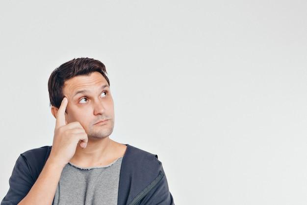 Retrato de homem pensativo. cara com as mãos no rosto isolado no fundo branco