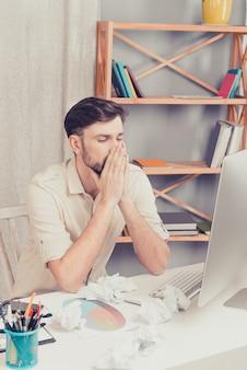 Retrato de homem pensativo pensando em sua difícil tarefa