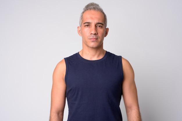 Retrato de homem persa bonito em branco