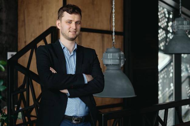 Retrato de homem posando em um espaço moderno loft