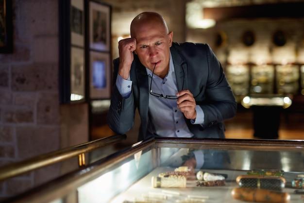 Retrato de homem procurando galeria de arte ou museu