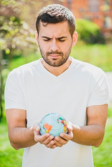Retrato, de, homem, segurando, globo, em, mão