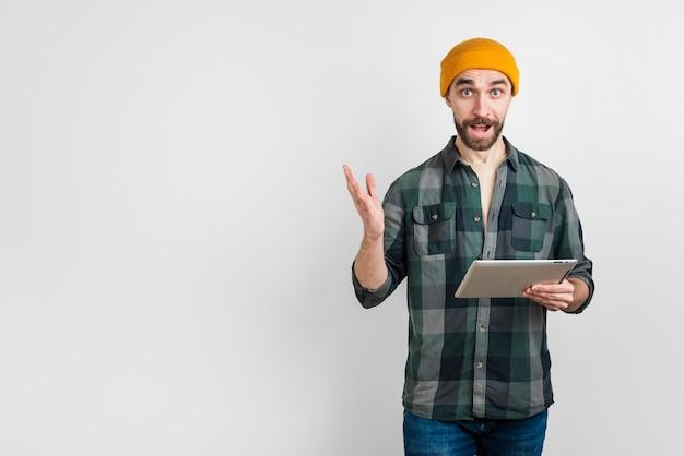 Retrato de homem segurando um tablet com espaço de cópia