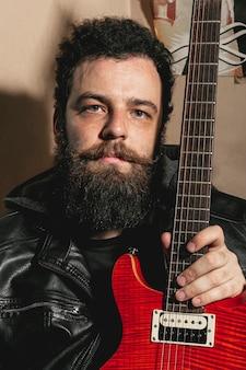 Retrato, de, homem, segurando violão vermelho