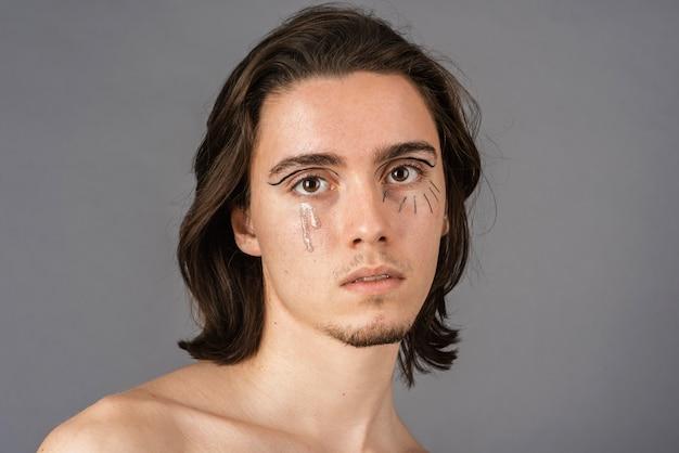 Retrato de homem sem camisa com maquiagem