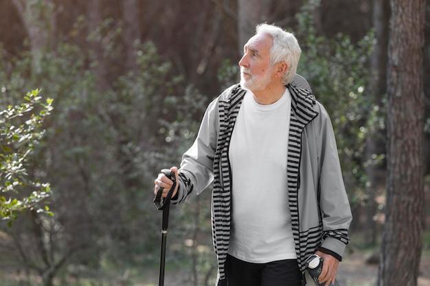 Retrato de homem sênior caminhando na montanha