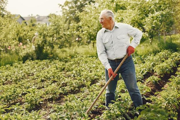 Retrato de homem sênior com chapéu de jardinagem
