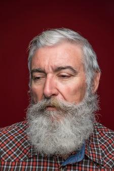 Retrato, de, homem sênior, com, cinzento, barbudo, contra, escuro, colorido, fundo