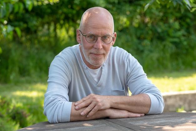 Retrato, de, homem sênior, com, óculos, ao ar livre
