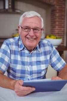 Retrato de homem sênior com tablet digital