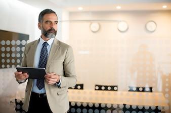 Retrato, de, homem sênior, com, tabuleta, em, escritório