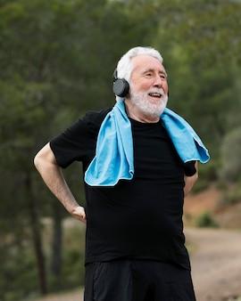 Retrato de homem sênior correndo na montanha