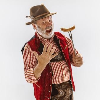 Retrato de homem sênior da oktoberfest com chapéu, vestindo as roupas tradicionais da baviera