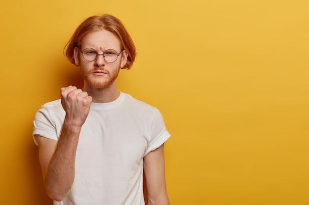 Retrato de homem sério com raiva mostra o punho cerrado