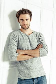 Retrato de homem sexy em camiseta cinza