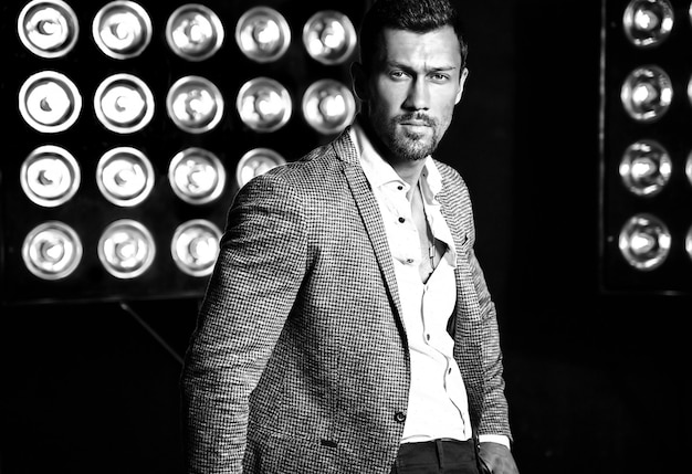 Retrato de homem sexy modelo masculino moda sexy vestido elegante terno em fundo de luzes de estúdio