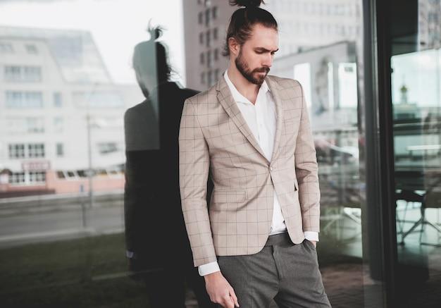 Retrato de homem sexy modelo masculino moda sexy vestido elegante terno xadrez bege posando no fundo da rua