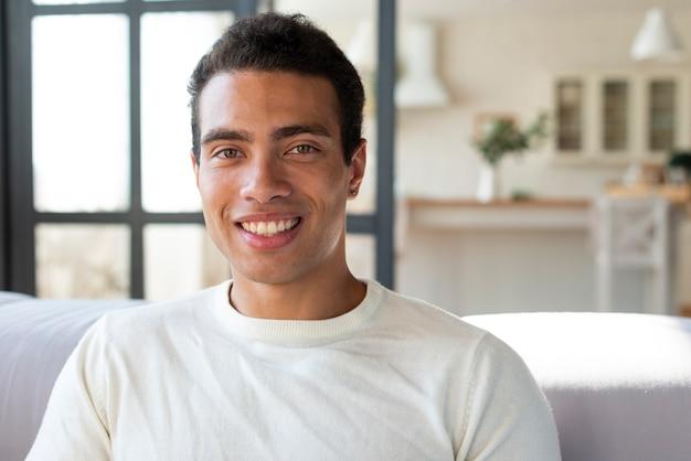 Retrato, de, homem sorri, em, câmera