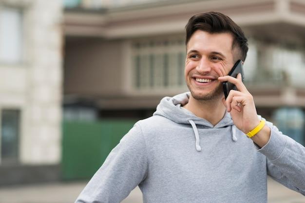 Retrato de homem sorridente, falando ao telefone