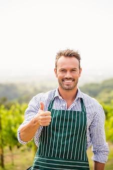Retrato de homem sorridente, mostrando os polegares para cima o sinal