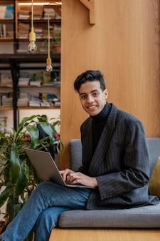 Retrato de homem trabalhando em um laptop