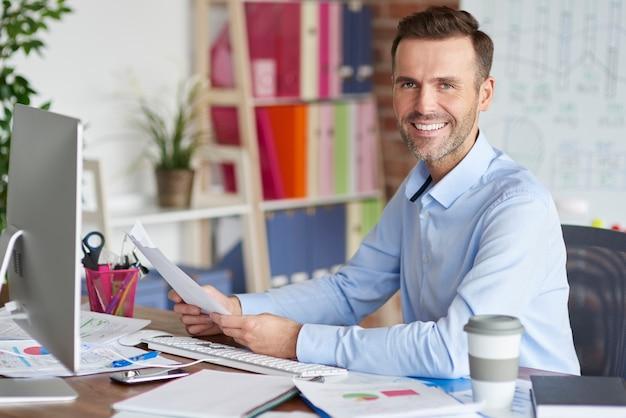 Retrato de homem trabalhando no computador
