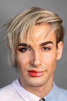 Retrato de homem usando maquiagem na metade do rosto