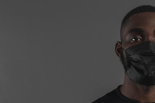 Retrato de homem usando máscara de cópia espaço