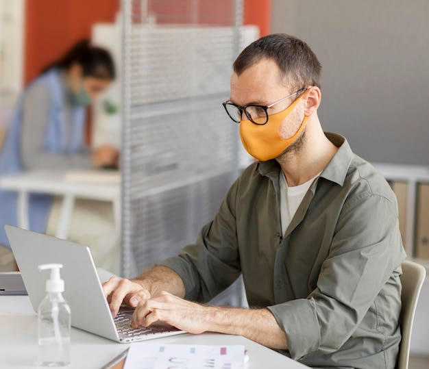 Retrato de homem usando máscara no trabalho