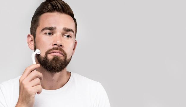 Retrato de homem usando um rolo facial