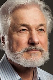 Retrato de homem velho com barba