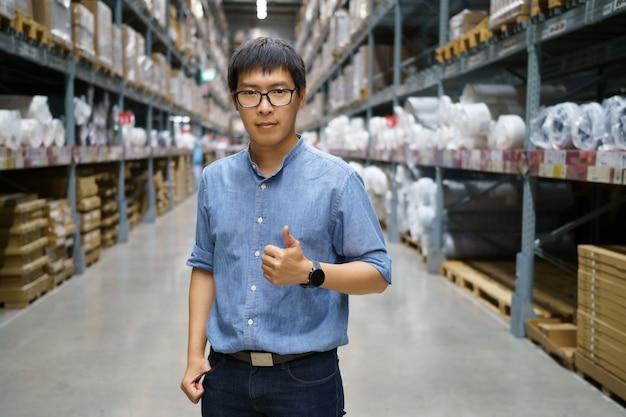 Retrato de homens asiáticos, equipe, contagem de produtos gerente de controle de armazém em pé,