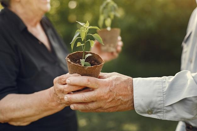 Retrato de idosos em um chapéu de jardinagem