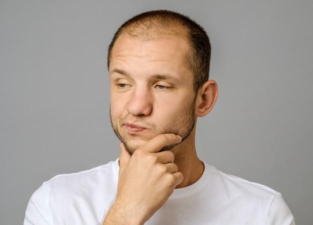 Retrato de infeliz bonitão com barba